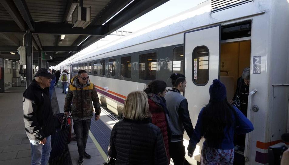 Usuaris pujant a un comboi a la nova estació de Cambrils.