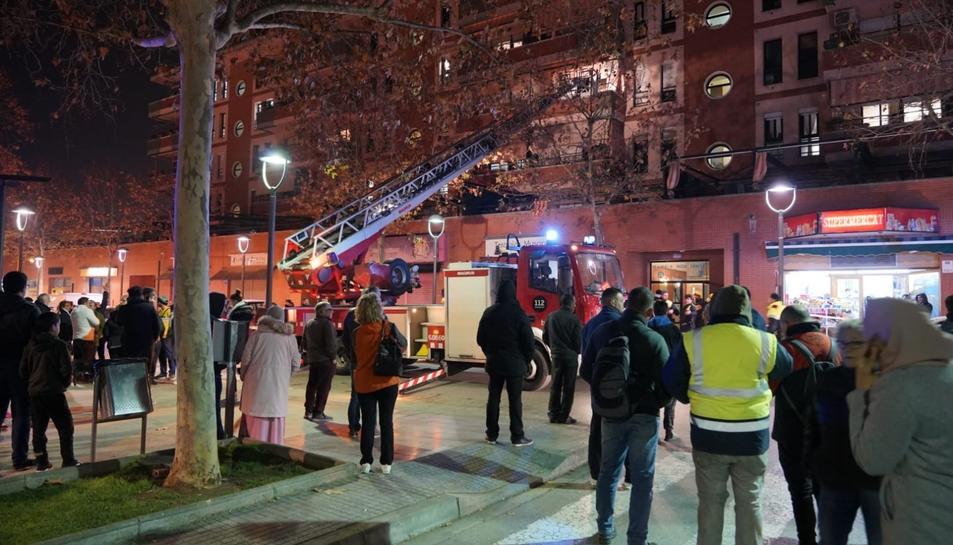 Imatge dels Bombers al lloc on s'ha enfonsat la tercera planta d'un edifici.