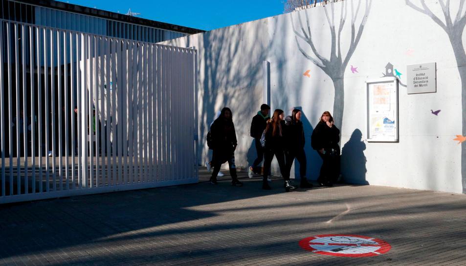 Entrada principal de l'institut de secundària del Morell (Tarragonès) i un grup d'alumnes sortint de classe.