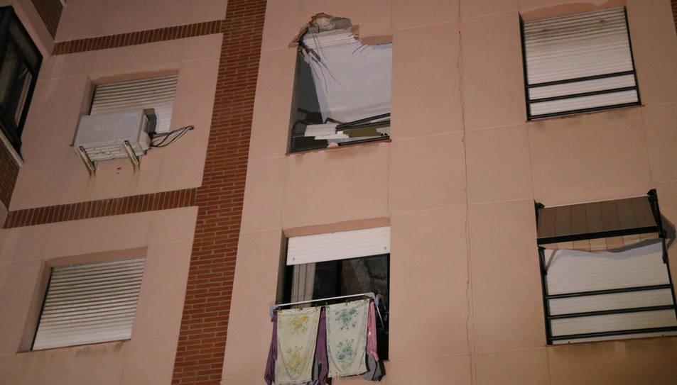 Vista d'una finestra malmesa presumptament per l'explosió d'una planta química a Tarragona.