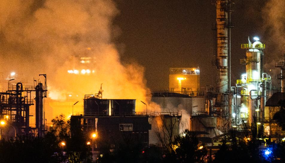 Imatge de les flames a la planta d'IQOXE.