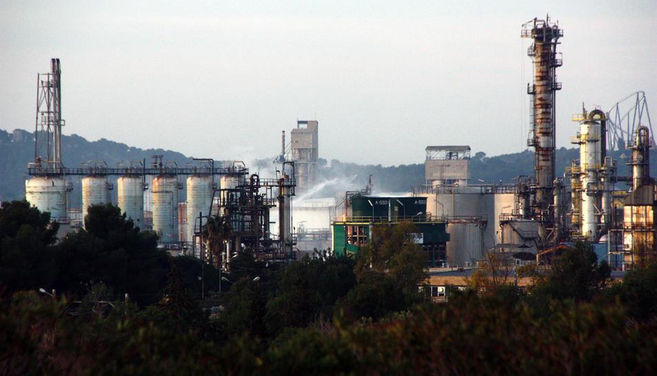 Pla obert de la planta d'IQOXE a la Canonja, al Tarragonès, amb els raigs d'aigua dels Bombers remullant la zona de l'explosió.