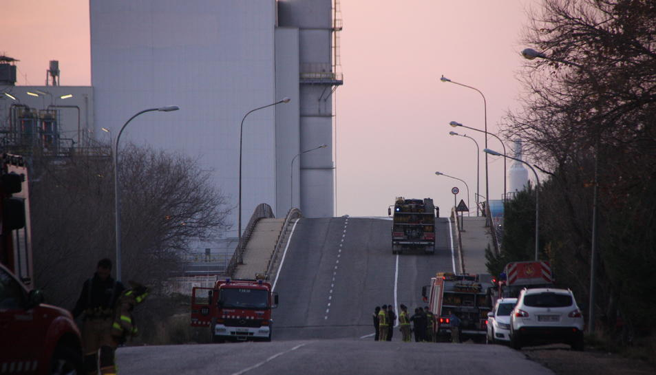 Pla general de l'entrada a la planta d'IQOXE a la Canonja, amb diversos camions de Bombers entrant i sortint.