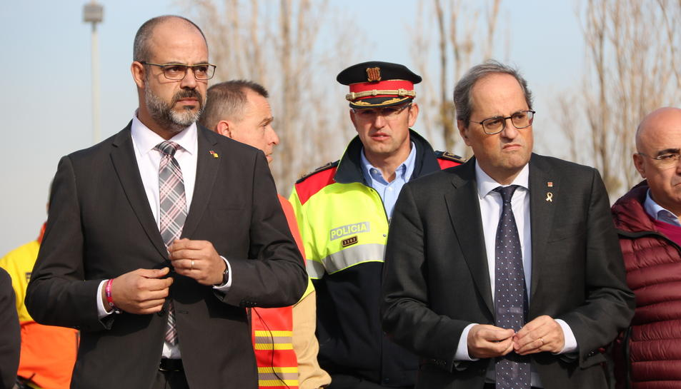 Pla mig del president de la Generalitat, Quim Torra, i el conseller d'Interior, Miquel Buch, sortint de la reunió amb els equips d'emergència.