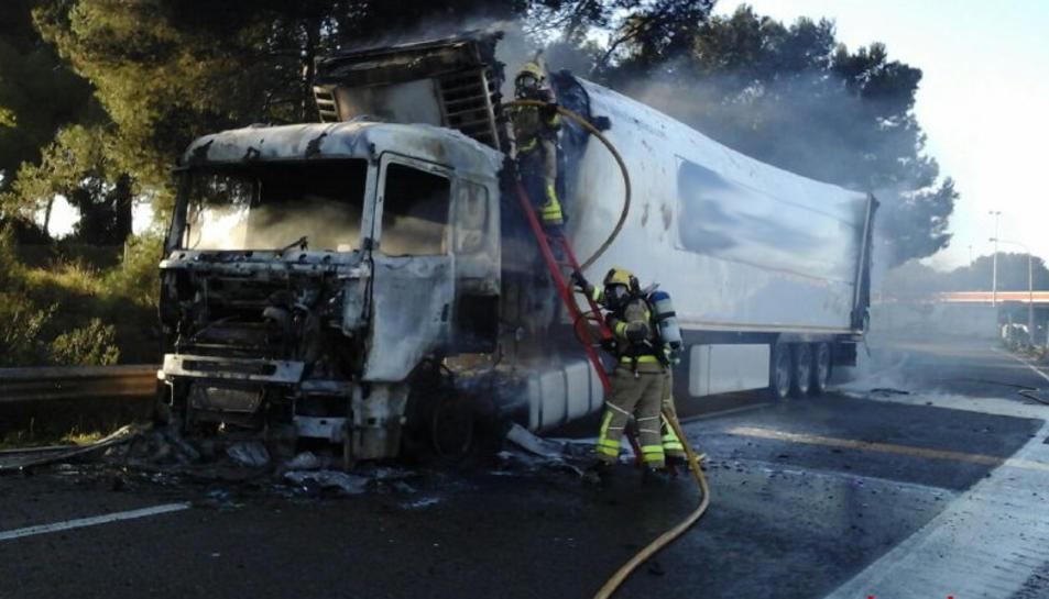Imatge del camió afectat per l'incendi, a l'AP-7.