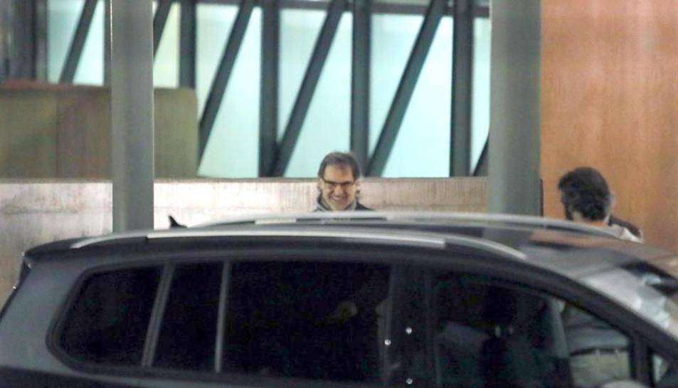 Jordi Cuixart en el moment de pujar a un vehicle per marxar de la presó de Lledoners.