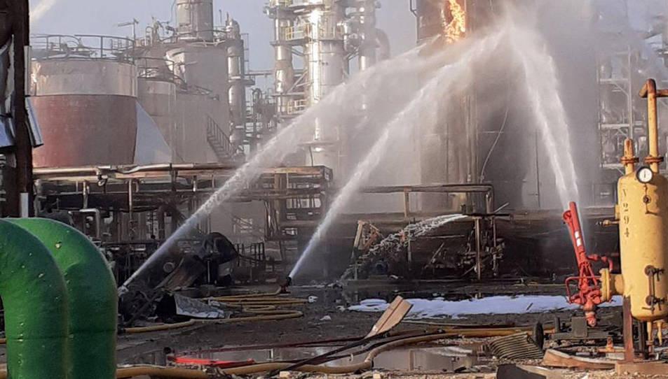 Imatge dels Bombers treballant a la indústria química que va explotar dimarts.