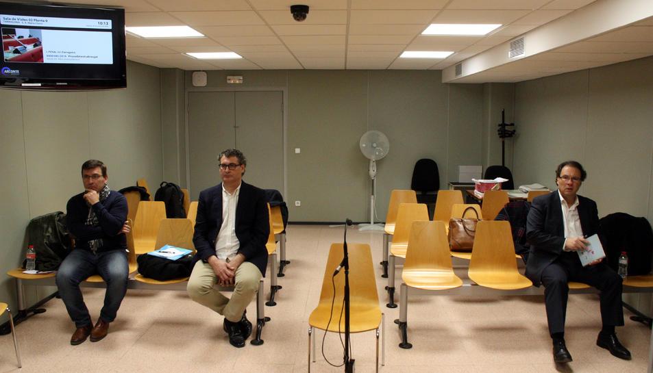 Pla general dels tres acusats asseguts a la sala de vistes del jutjat penal 2 de Tarragona: Daniel Masagué (dreta), Pere Font (centre) i Gerard Montserrat (esquerra).