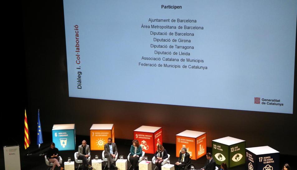 Pla general d'una de les meses de diàleg de la cimera catalana pel clima al TNC.