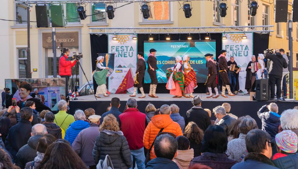 El públic gaudint de l'actuació d'Es Corbilhuers de la Vall d'Aran.