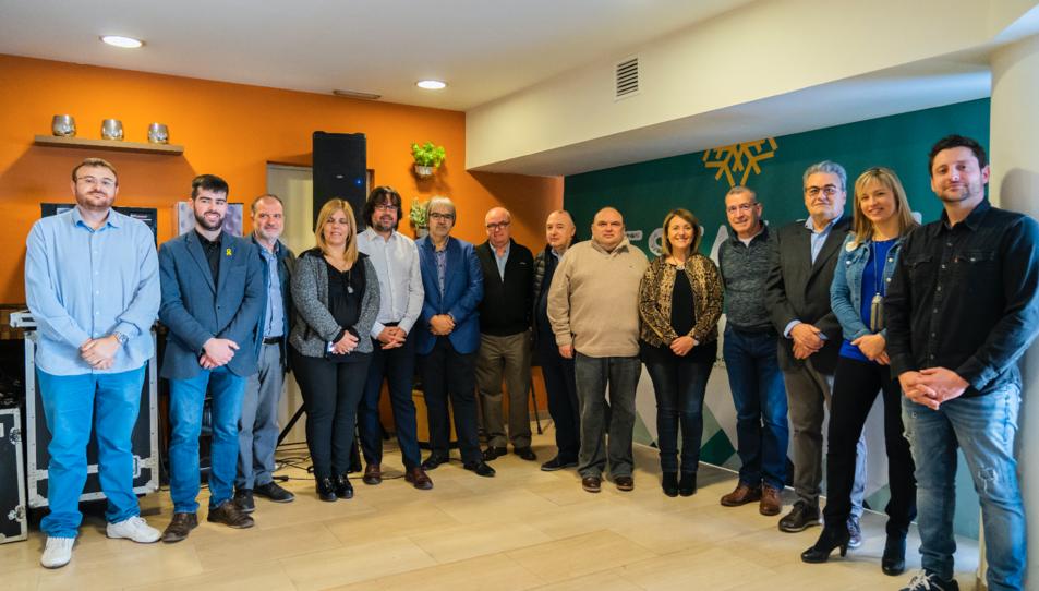 Fotografia de família de les autoritats lleidatanes i tarragonines que han assistit a l'acte.