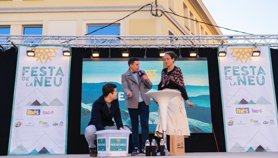 Els presentadors de l'acte amb l'Esperanceta, durant el sorteig.