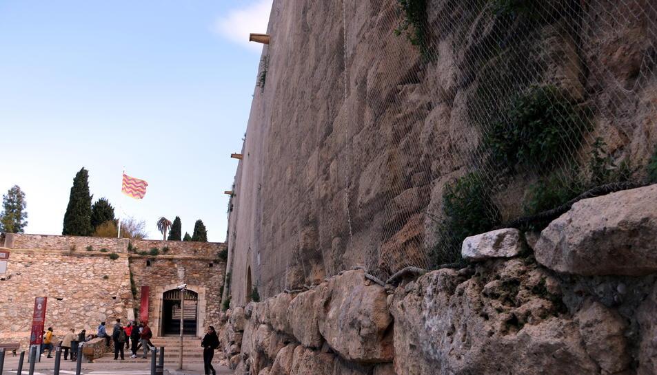 Tram de la muralla a la Via de l'Imperi Romà.