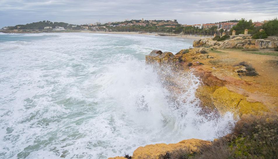 onades impactant contra les roques de la platja de l'Arrabassada