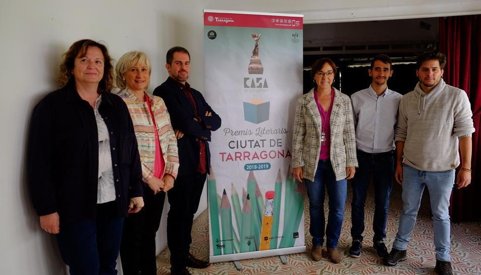 Imatge dels guanyadors de l'any passat amb els organitzadors dels premis literaris.