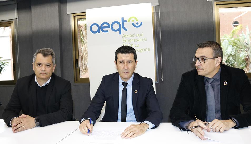 El president de l'AEQT, Rubén Folgado, al centre de la imatge, amb el vicepresident primer, Rodrigo Cannaval, i el vicepresident segon, Ignasi Cañagueral, a la seu de l'entitat a Tarragona.