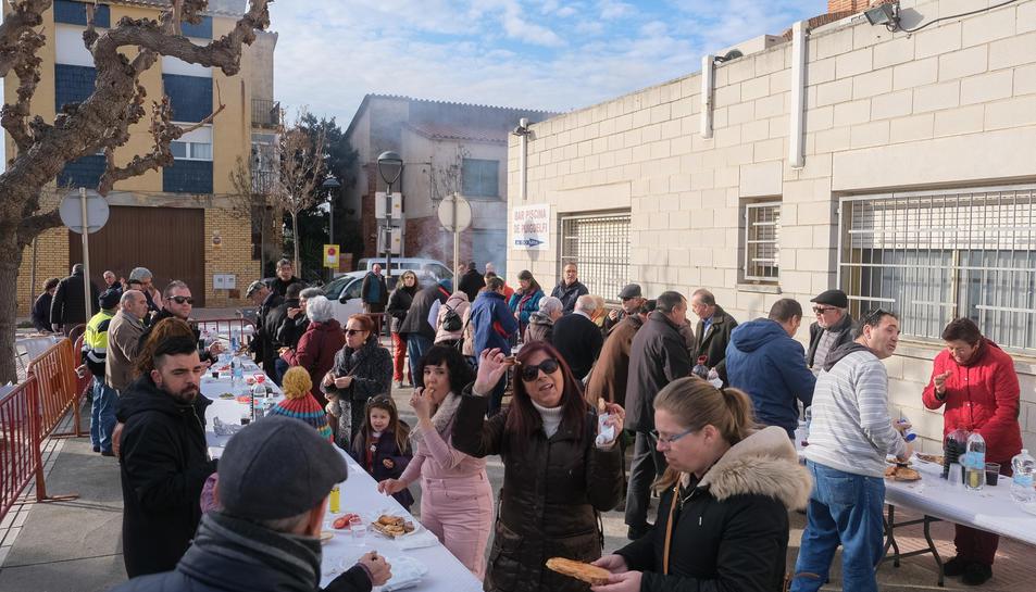 Els veïns de Puigdelfí participant a l'esmorzar popular.