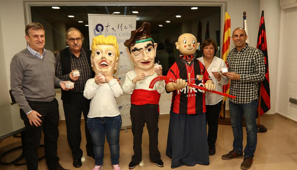 Els nans del Taller Baix Camp i el Gegantó Joan Petit en l'acte de comiat de la ciutat de Reus.