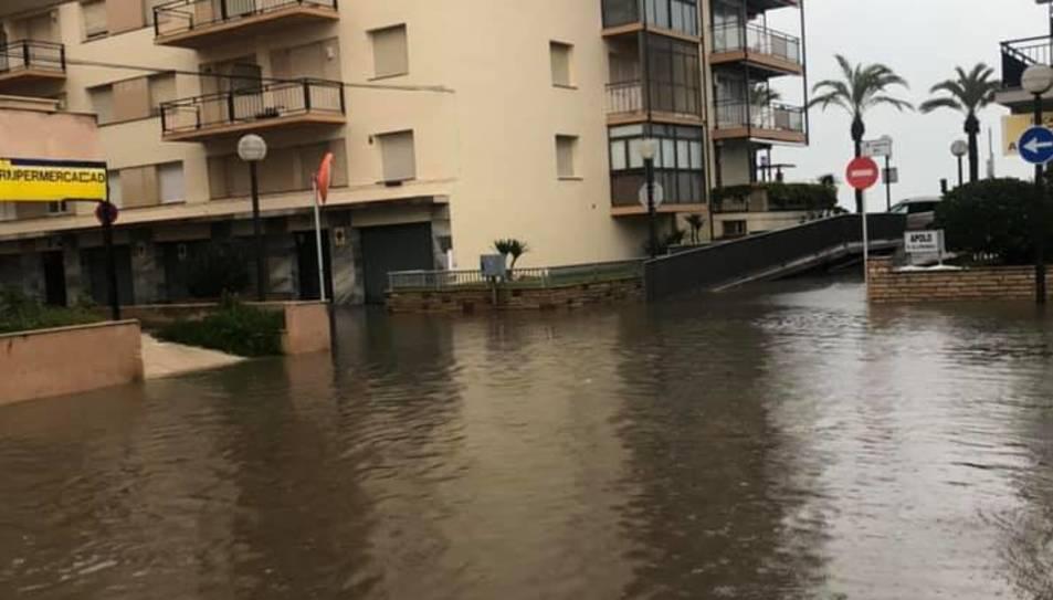 Imatge d'un dels carrers de Salou inundat.