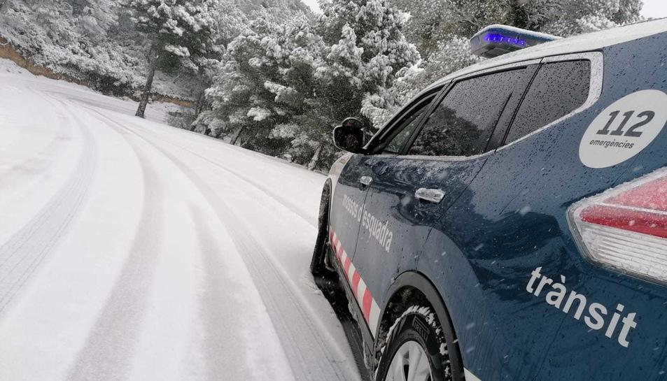 Carreteres restringides per la neu acumulada a la calçada.