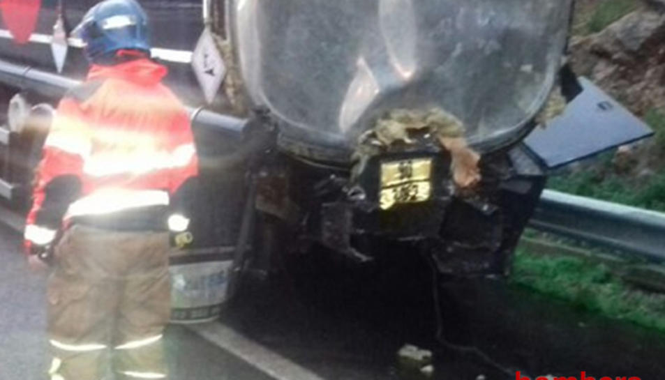 El camió ha quedat afectat per la part de darrera a causa d'un xoc amb un camió frigorífic.