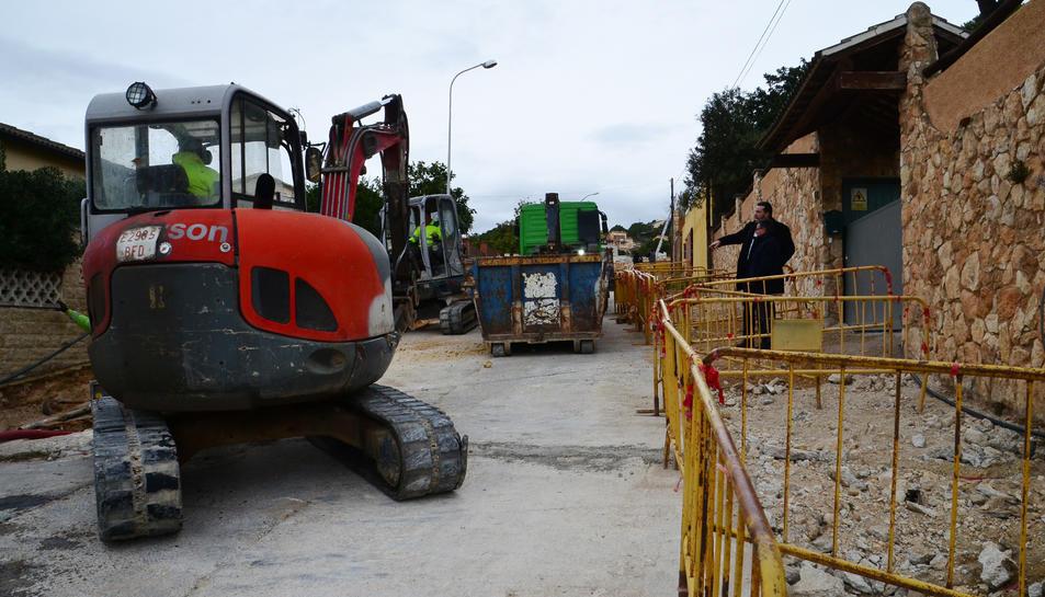 Imatge de l'inici dels treballs al carrer Meritxell, amb l'alcalde Pere Virgili, i el regidor d'Urbanisme, Manel González.