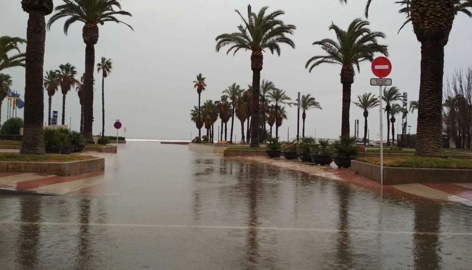El passeig Jaume I de Salou inundat.