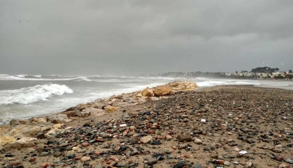 Estat de la platja de Cambrils a causa de la borrasca Gloria.