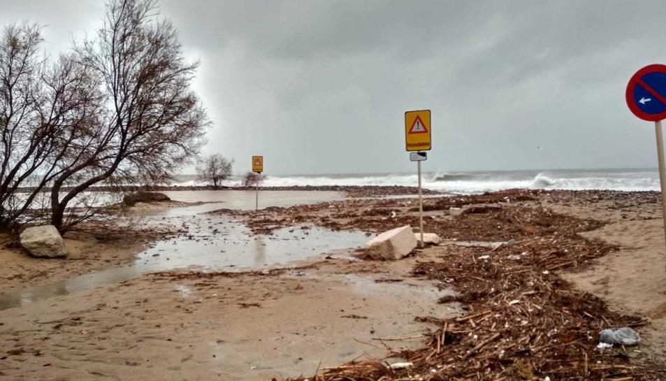 Estado de la playa de Cambrils a causa de la borarsca Gloria.