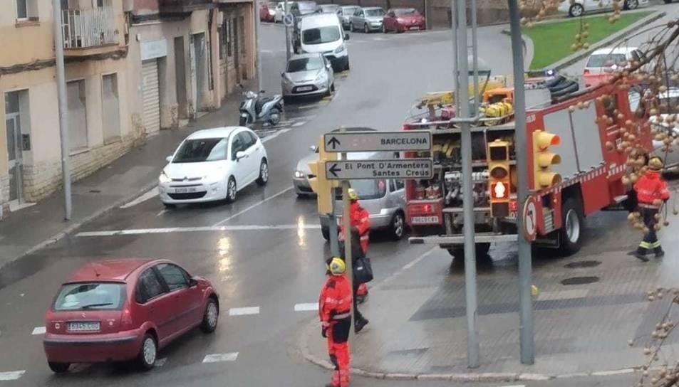 Els Bombers en una actuació aquesta tarda a l'avinguda Catalunya.