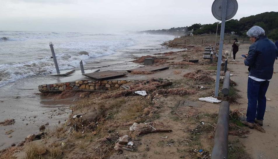 La platja Llarga afectada pel temporal.