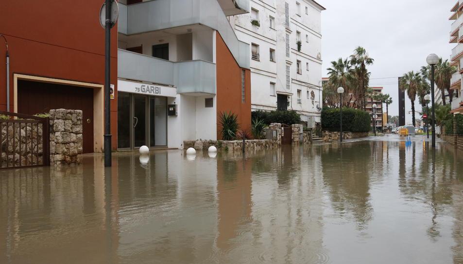 Pla general d'un carrer inundat a Salou, a causa del temporal.