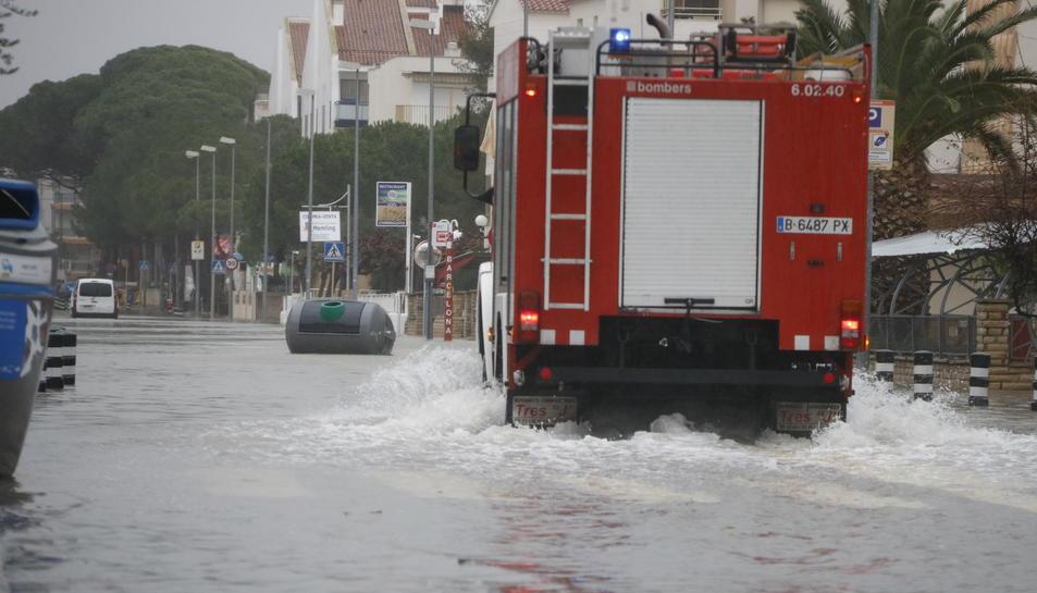 Un camió dels Bombers circulant per l'Avinguda de la Diputació de Cambrils, tallada per inundació.