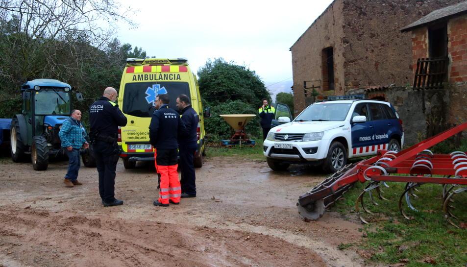 Imatge d'un cotxe dels Mossos i una ambulància a la masia on s'ha trobat l'home de 80 anys a Begues.