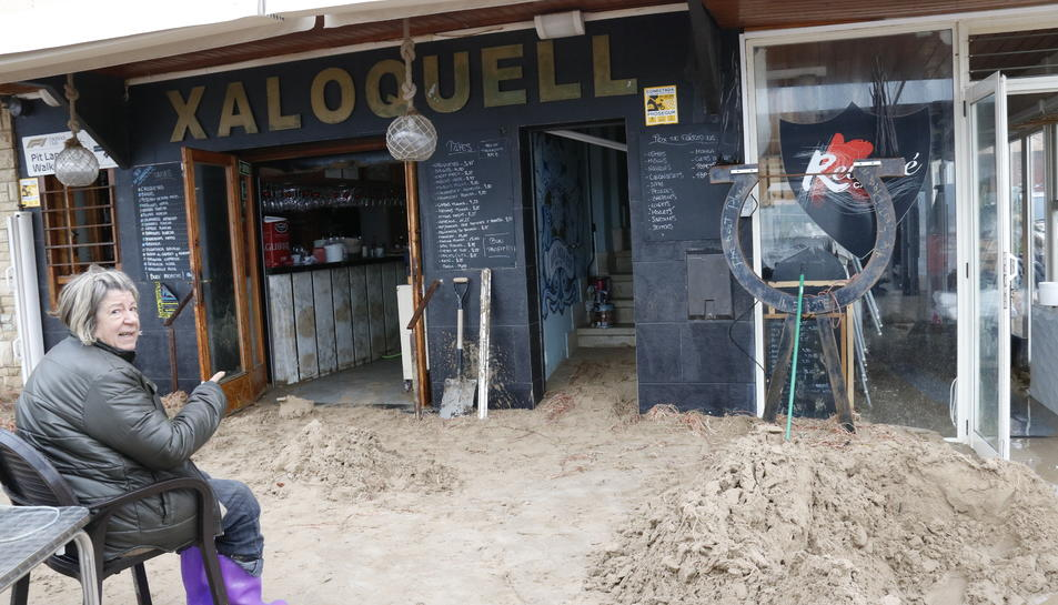 La propietària d'un restaurant al passeig marítim de Torredembarra, desolada mostrant el seu local.