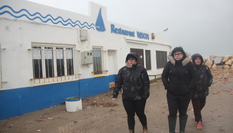 Les propietàries del restaurant Vascos, a la platja de la Marquesa, comprovant els efectes del temporal.