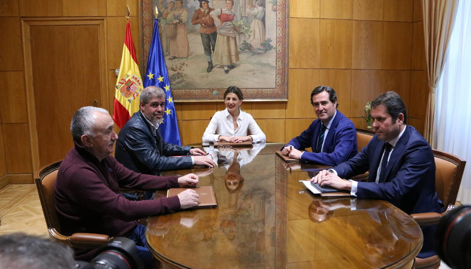 Pla general de la reunió de la ministra de Treball, Yolanda Díaz, amb els secretaris generals de CCOO i UGT, Unai Sordo i Pepe Álvarez, i els presidents de CEOE i Cepyme, Antonio Garamendi i Gerardo Cuerva.