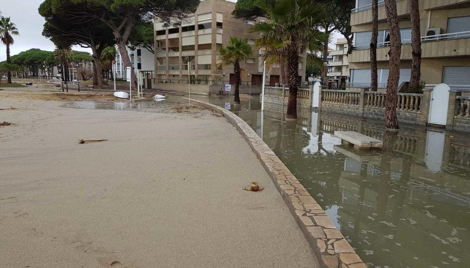 La tempesta ha deixat zones de platja i carrer inundats, passejos plens de sorra, i danys en les passarel·les de fusta, les dutxes de les platges i mobiliari urbà.
