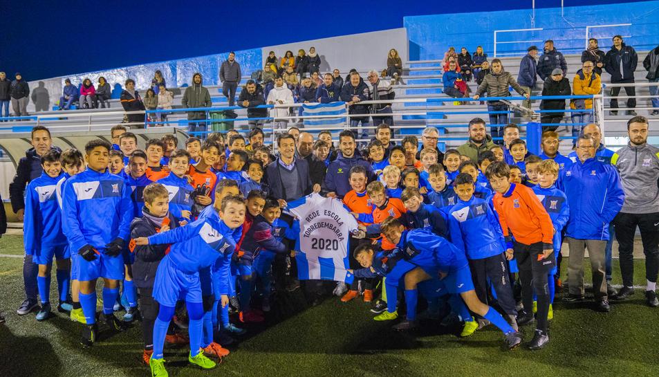 Foto de família d'alguns integrants del club torrenc amb els directius de l'Espanyol.