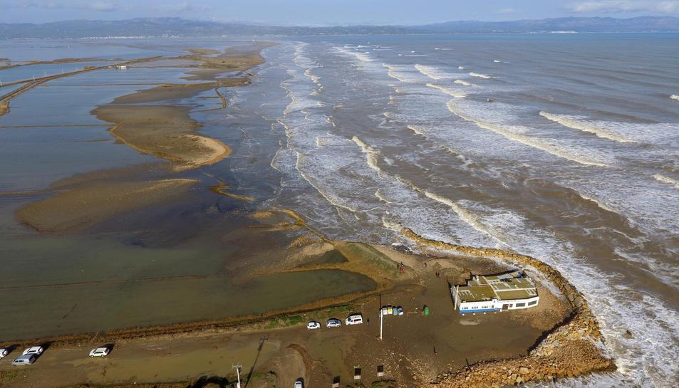Pla aeri de la zona de la platja de la Marquesa, al delta de l'Ebre, afectada per la llevantada.