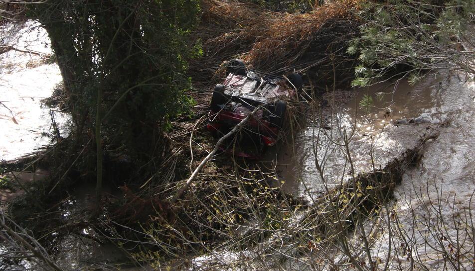 Pla obert del vehicle submergit al riu Montsant, al terme municipal de Cabacés.