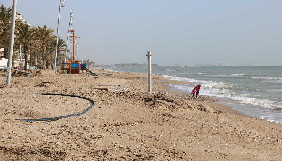 Pla general de la platja de Calafell després del pas del temporal Gloria que ha trencat les dutxes i les casetes de salvament.
