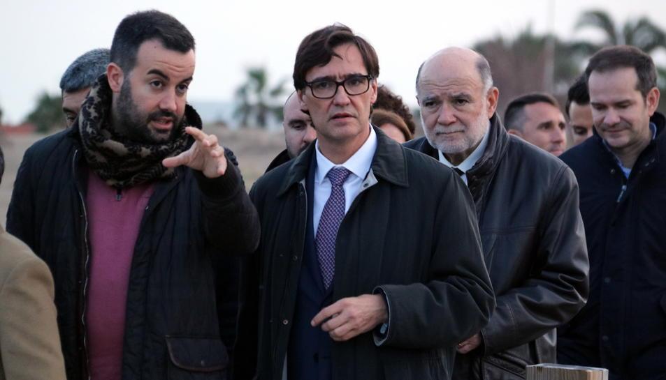 El ministre de Sanitat, Salvador Illa, acompanyat per l'alcalde de Deltebre, Lluís Soler, en la seva visita per visitar les zones afectades pel temporal Glòria al Delta.