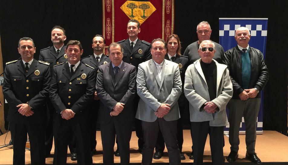 Imatge de grup dels policies locals que han rebut el reconeixement, amb l'alcalde, el regidor de Seguretat i el primer regidor de Seguretat que hi va haver al municipi.
