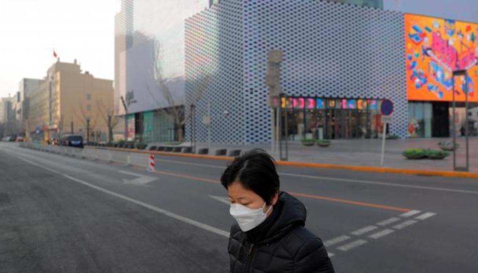 Una dona a un carrer vuit després de la cancelació de les celebracions d' Any Nou a Pekin.