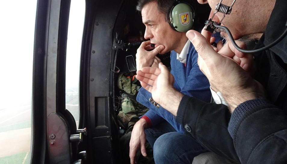 Pedro Sánchez observant els desperfectes ocasionats pel temporal des d'un helicòpter.