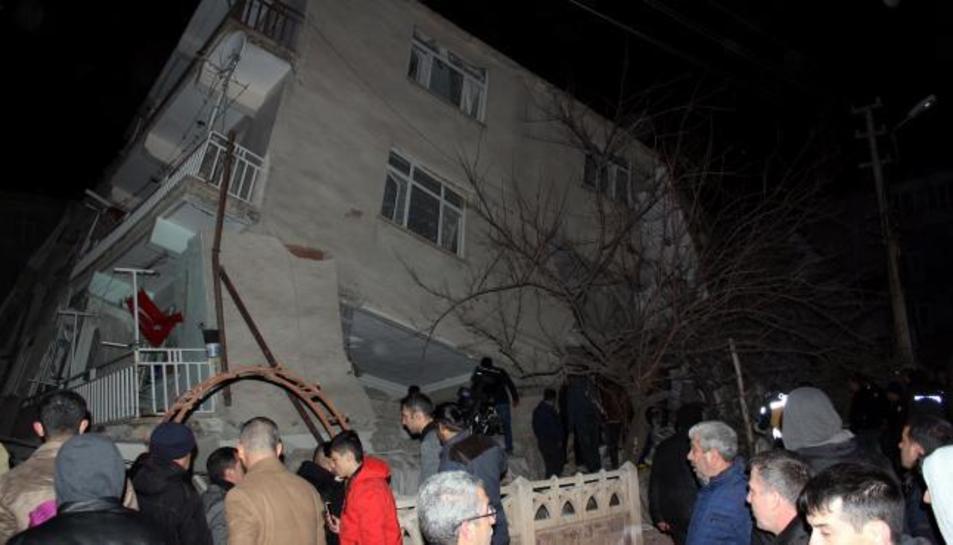 Un edifici destruit després del sisme de 6,5 graus a Turquia.