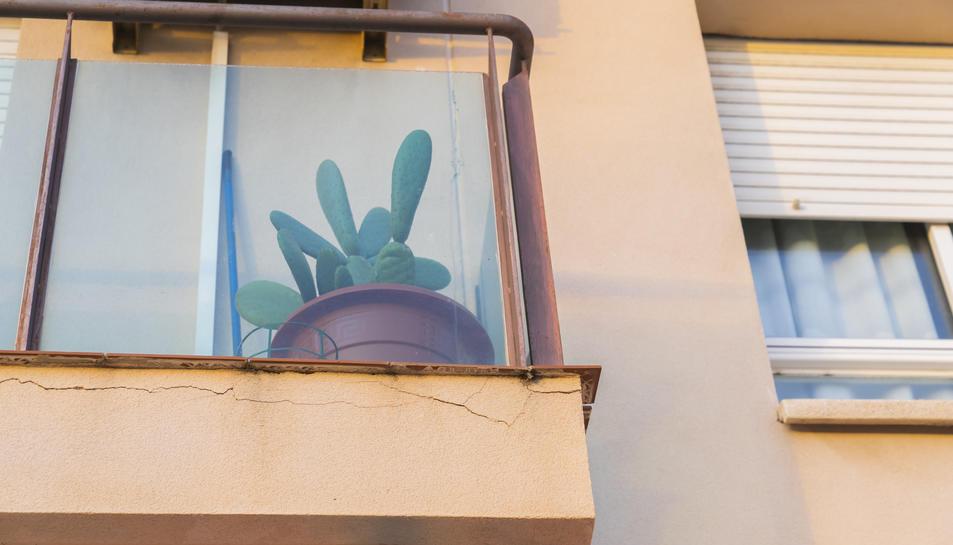 Esquerdes en un balcó de Bonavista provocades per l'explosió.