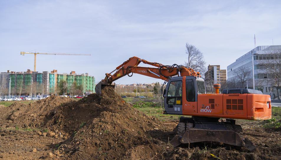 L'excavadora que des d'ahir treballa en el que és l'inici de la construcció del Centre Penitenciari Obert al solar de Parc Francolí.