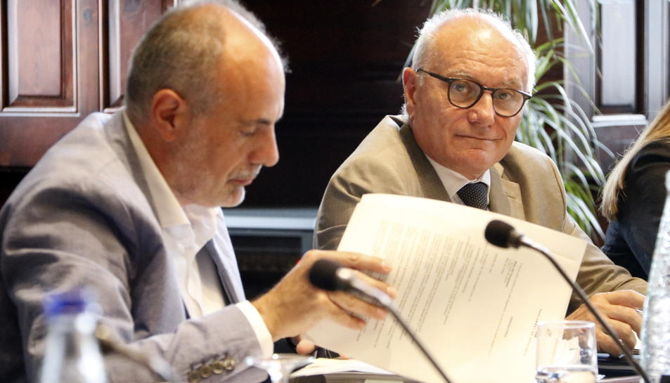 El secretari general del Parlament, Xavier Muro, amb el lletrat major, Joan Ridao, en la reunió de la Mesa.